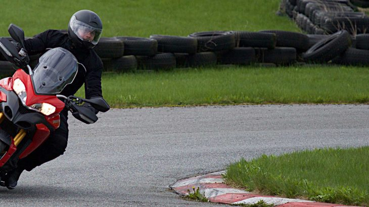 Motorradfahrer in Kurvenlage beim Sicherheitstraining